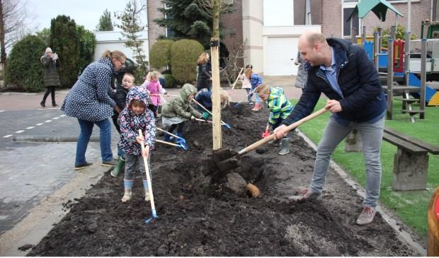 Het slechte weer deerde nauwelijks: kleuters van de PWA-school én wethouder Schuurman plantten tien nieuwe bomen. (foto en tekst: Erik van Leeuwen)