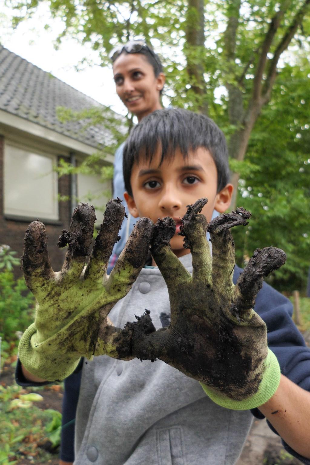 Kinderen zetten zich graag in voor buurtprojecten en zijn niet bang vieze handen te krijgen.   © HvH Waddinxveen