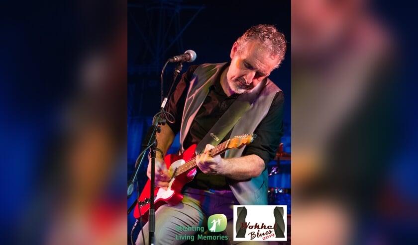 Gitarist/zanger Robbert Fossen van Muddy Waters. (foto: Kuno Mooren)
