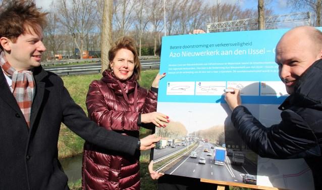 Gedeputeerde Vermeulen en minister Nieuwenhuizen gingen wethouder Schuurman voor bij het tekenen van de overeenkomst.