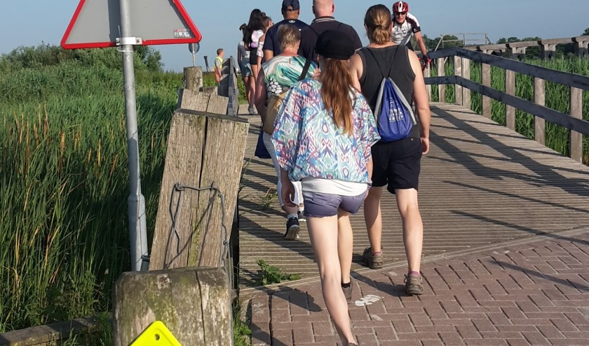 De pont zet de wandelaars over van Zevenhuizen naar Lansingerland.