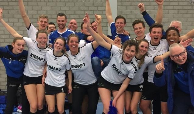 Spelers en staf vieren het kampioenschap van CKV Nieuwerkerk 2 in Sassenheim.