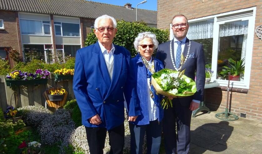 Het actieve echtpaar De Graaf kreeg bezoek van burgemeester Servaas Stoop.