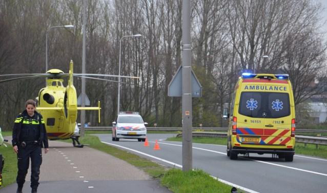 De politie trof zondagochtend een zwaargewonde man aan bij de Coenecoopbrug (Rob de Jong/112hm.nl)