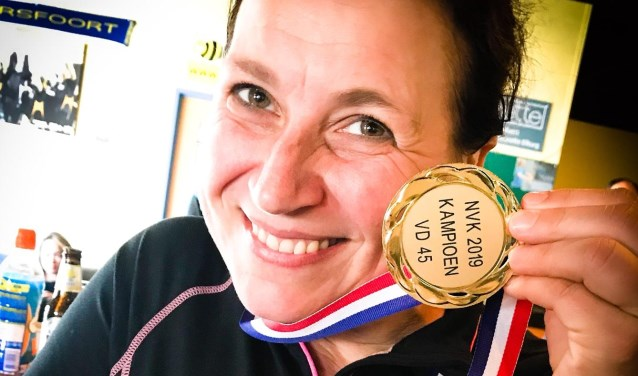 De kersverse kampioen toont de gouden medaille. (foto en tekst: Erik van Leeuwen)
