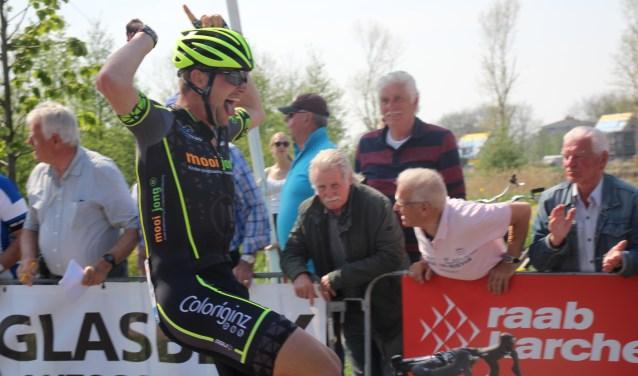 Marvin van Spronsen uit Naaldwijk werd eerste bij de Ronde van Waddinxveen.