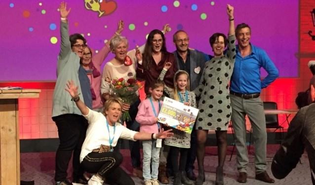 Mariska Arron, Yvonne Janssen, Petra Wiltenburg, Emma, Veerle, en Jeanine van Leeuwen samen met de vakjury tijdens de landelijke finale van Kern met Pit in Amersfoort.