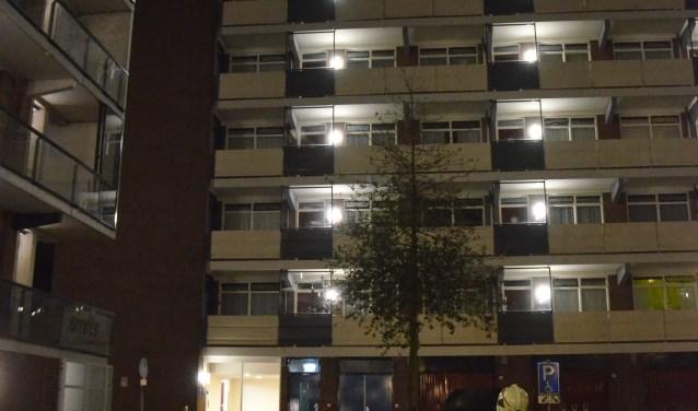 Op het dak van een flat aan Kerkweg West was een persoon gezien. (Rob de Jong/ 112hm.nl)