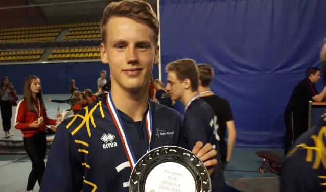 Sam van der Loo met de kampioensschaal. (foto: pr)