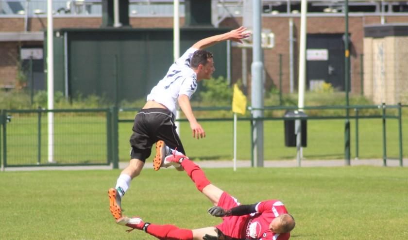 Kevin Overdijk gaat in de fout en RCD scoort 0-2. (tekst en foto: Erik van Leeuwen)