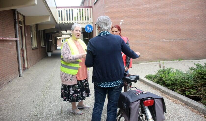 Simone Leentvaar (links) en Serena Rodenburg spreken fietsers aan. (foto en tekst: Erik van Leeuwen)