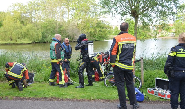 De hulpdiensten werden gealarmeerd nadat een kinderfietsje aan de zijkant van het water was aangetroffen. (foto: Rob de Jong/112hm.nl)
