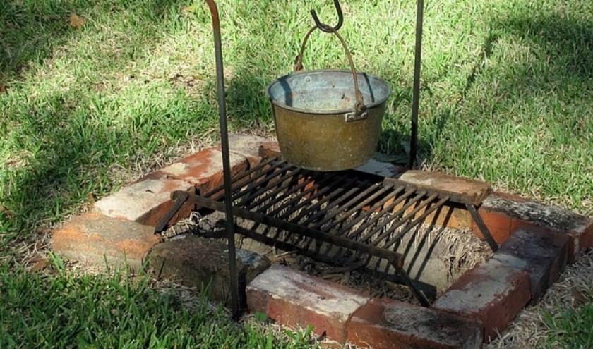 Buiten koken kan op veel manieren. (foto: Beverly Mixon via Pixabay)