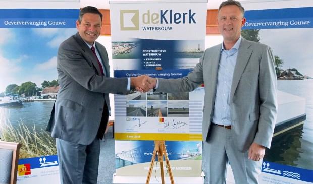 Gedeputeerde van de provincie Rik Janssen (links) en Arie Schaap, directeur van De Klerk Waterbouw (rechts) die de werkzaamheden uitvoerde. (foto: Provincie Zuid-Holland)