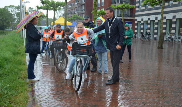 Roos Appel krijgt een zetje van de burgemeester bij de start van de verkeersproef. (foto: Nicole Lamers)