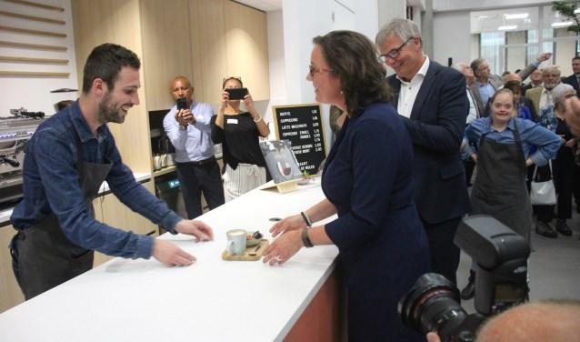De eerste koffie van de door de cliënten van ASVZ bemande cappuccinobar was voor staatssecretaris Tamara van Ark. (foto en tekst: Erik van Leeuwen)
