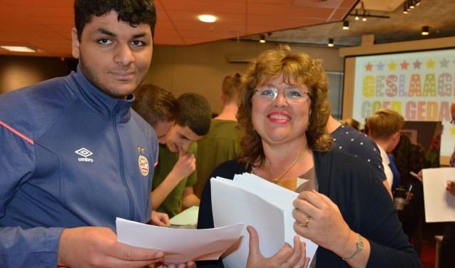 Achraf Taouil krijgt zijn cijferlijst op het Coenecoop College inWaddinxveen uitgereikt. (Foto en tekst: Ruud Groot)