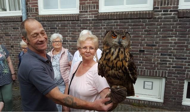 Met een beschermende handschoen aan gingen veel senioren op de foto met één van de roofvogels. (foto: pr)