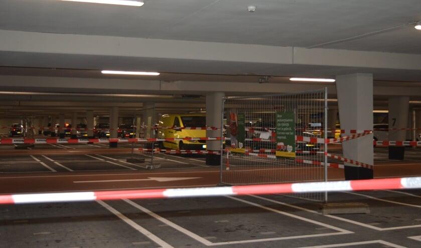 Delen van de parkeergarage zijn nog afgezet voor herstelwerkzaamheden. (foto: Nicole Lamers)