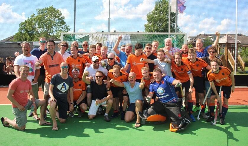 Spelers van De IJssel uit de succesvolle jaren negentig met de huidige hoofdmacht.