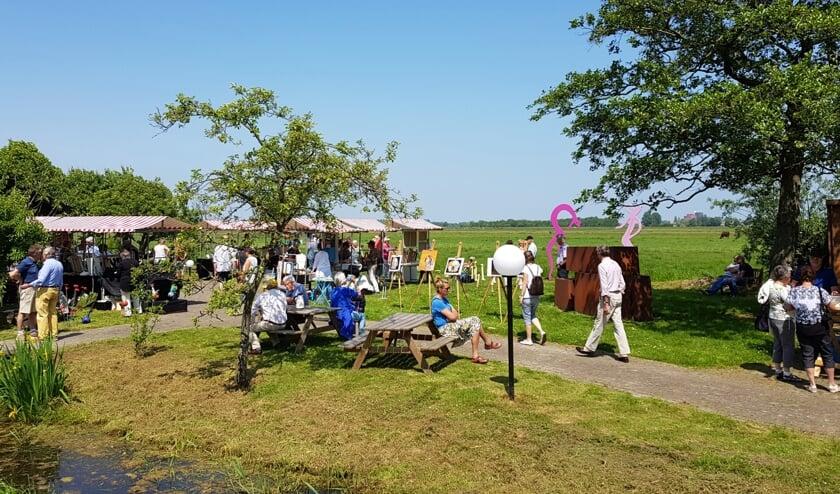 De Beeldentuin ligt tussen de werkhaven in Ver-Hitland aan de Hollandsche IJssel en Park Hitland.