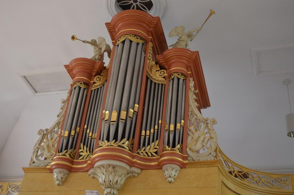 Het orgel was te groot bij plaatsing en dus sneuvelde het harpspelende Davidfiguurtje.    © HvH Waddinxveen