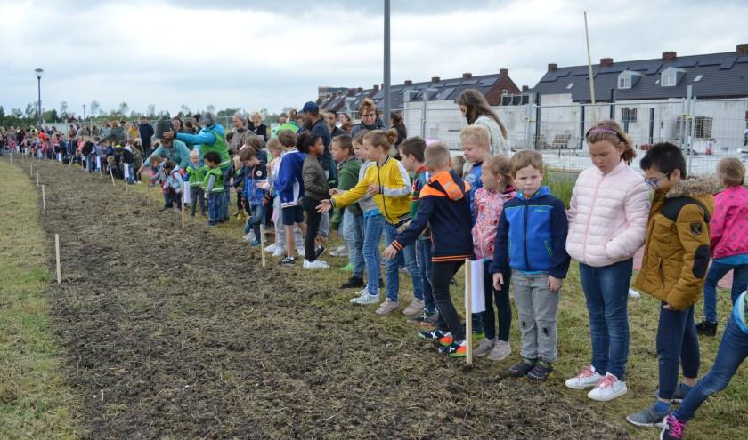 De leerlingen mochten de bloemzaadjes uitstrooien. (Foto en tekst: Nicole Lamers)