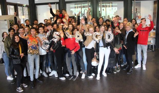 63 van de 66 kandidaten zijn geslaagd: feest op het Comenius. (foto en tekst: Erik van Leeuwen)