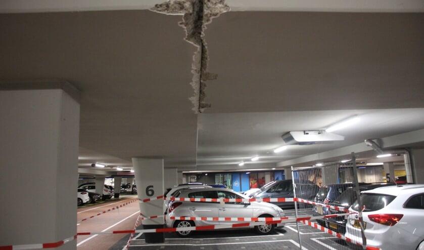 Door wrijving zijn grote scheuren ontstaan in het dak van de parkeergarage. (Foto: Erik van Leeuwen)