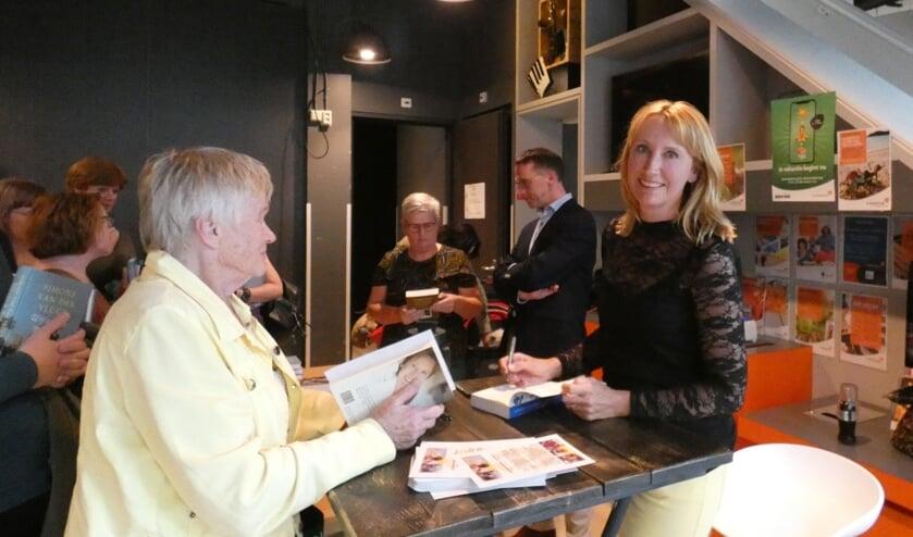 Simone van der Vlugt hield na afloop een signeersessie. (foto en tekst: Annette van den Berg)