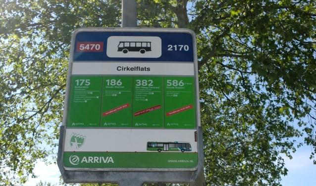 Kleine rode stickers maken duidelijk dat het busvervoer in Waddinxveen verandert.  (Foto: Annette van den Berg)