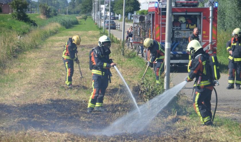 De brandweer rukte deze week twee keer uit voor een bermbrand op bedrijventerrein Coenecoop. (foto: Rob de Jong/112hm.nl)