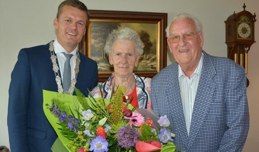 Kaartkoppel Goike en Dora krijgen burgemeester Nieuwenhuis op bezoek bij hun diamanten huwelijk.