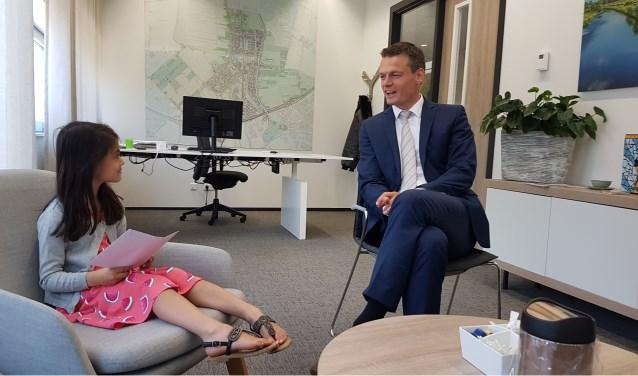 Lisa vroeg burgemeester Nieuwenhuis om meer te doen voor de bijen en insecten in Waddinxveen.