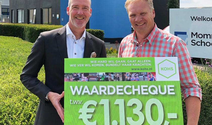 Marc Mommers (links) van het schoonmaakbedrijf overhandigde de cheque aan Sander Poot van KOHS.nl.
