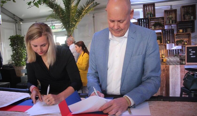 Ontwikkelaar Judith Fledderus en wethouder Jan Hordijk ondertekenden de overeenkomst.