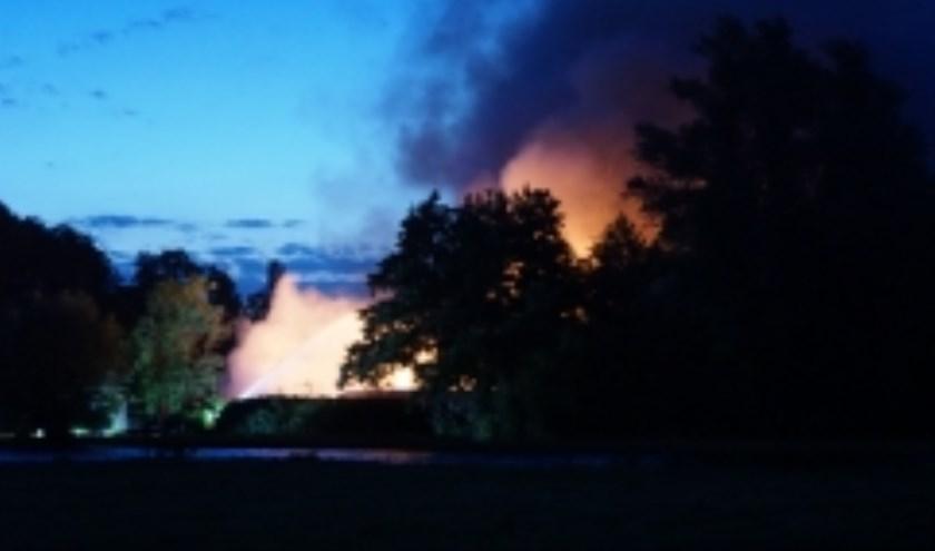 Een loods op de Winterdijk ging in vlammen op. (Foto:AS Media)
