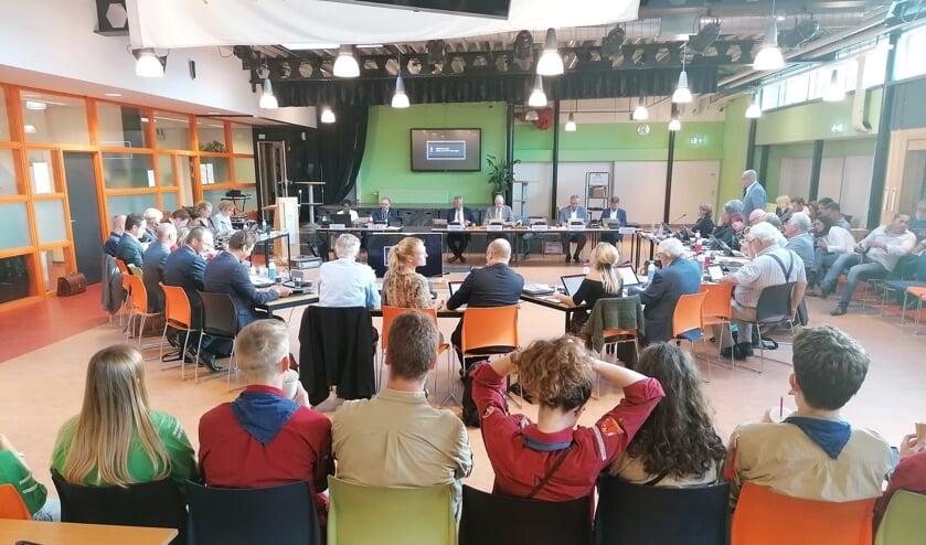 Tevredenheid bij de scouts op de tribune tijdens de raadsvergadering in het Thorbecke.