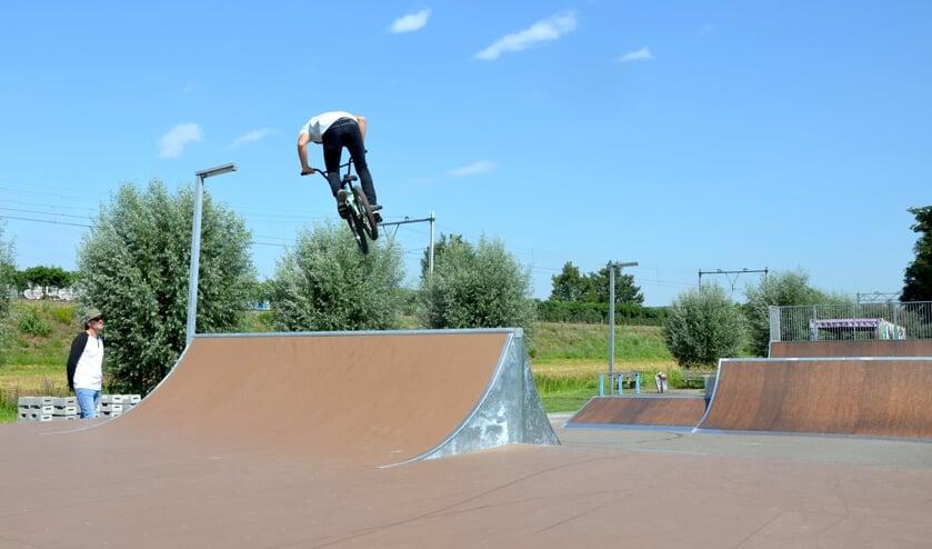 Stuart Gibson springt over de 'spine' in het net opgeleverde park, Albert Moonen kijkt toe.