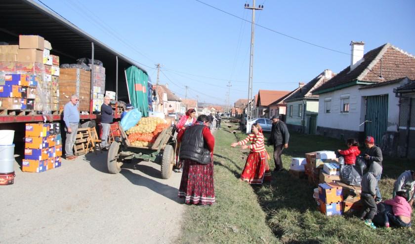 De Moerkapelse stichting deelt hulpgoederen in Roemenië uit. (foto: pr)