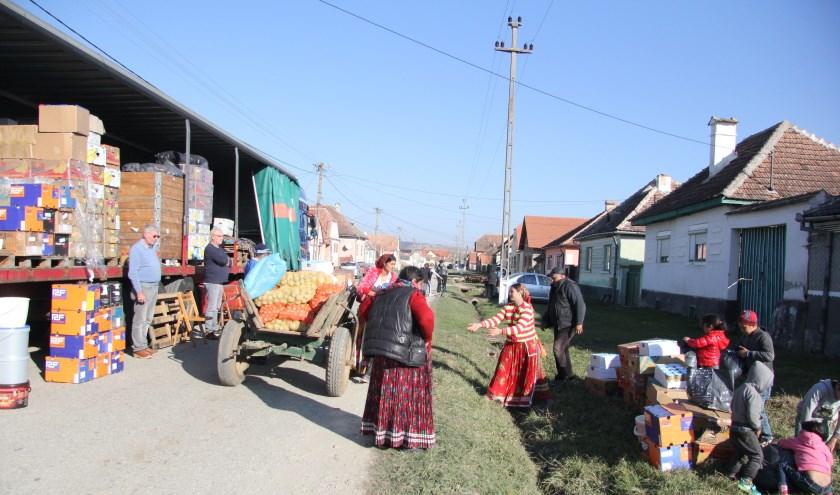 De Moerkapelse stichting deelt de hulpgoederen rechtstreeks aan gezinnen in Roemenië uit.