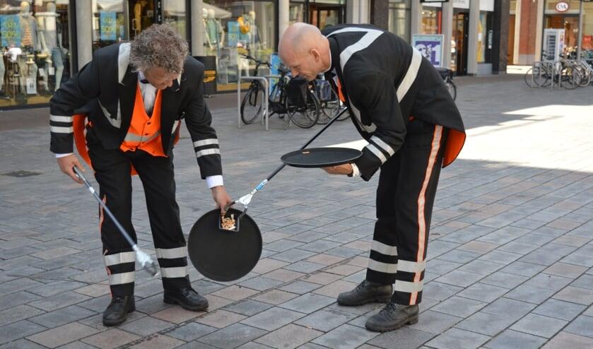 Twee heren maakten het Gouweplein ter demonstratie alvast peukvrij. (Foto en tekst: Nicole Lamers)
