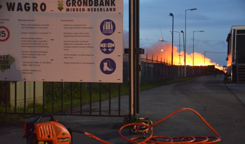 Bij Wagro was zaterdagochtend een grote brand. (foto: Rob de Jong/112hm.nl)