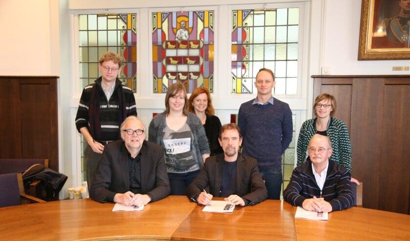 Het team, met vertegenwoordigers van de gemeente, Woonstichting Sint Joseph en de HuurdersBelangenVereniging, dat de ondertekening van de overeenkomst mogelijk maakte. (Foto: Sander van Kasteren)     Fotonummer: 5f74c0
