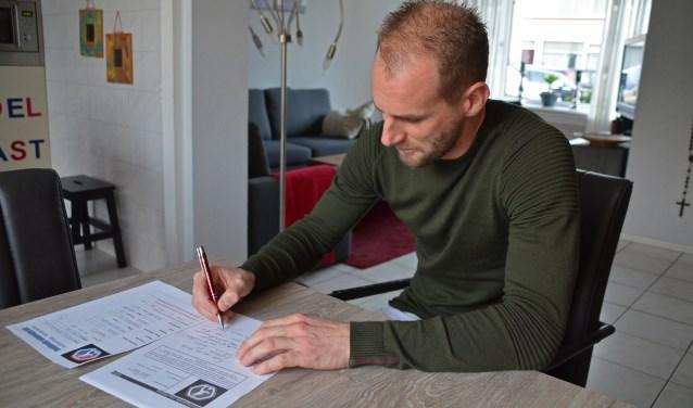 Frank van der Struijk maakt de benodigde papieren in orde voor zijn debuut bij ODC. (Foto: Jan van der Steen)   | Fotonummer: 0d99e1