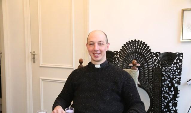 Kapelaan Geoffrey, in de studeerkamer van zijn bescheiden woonruimte in de parochie op Duinendaal in Boxtel. (Foto: Sander van Kasteren)  | Fotonummer: 583faf