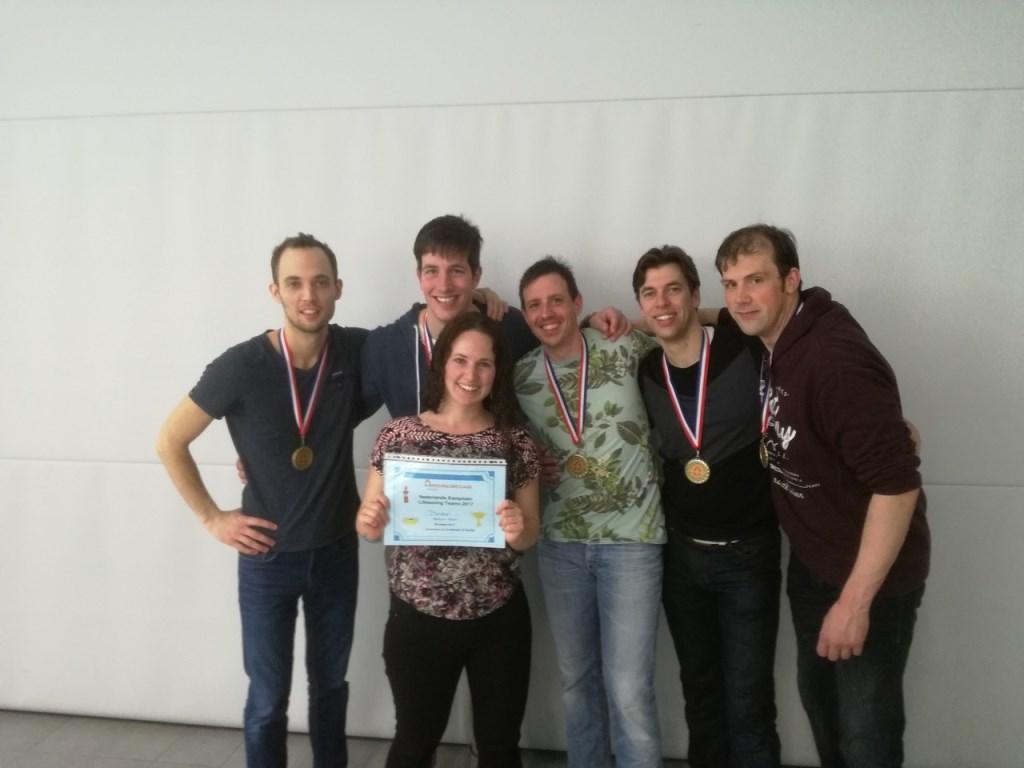 Zwemmers van links naar recht: Rob van Heesch, Guy Hagemans, Pieter van Luijtelaar, Michel Klomp, Mario van den Bogaard. (coach Maura Hagemans)   | Fotonummer: 637ad0