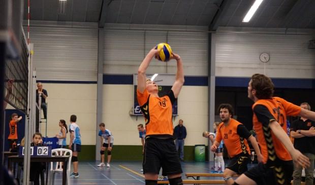 Op de foto ziet u Sten IJsseldijk (nr 19) in actie. Verder Sander Sterken (nr 28), Teun Smit (nr 26) en de coach Jeroen Verhagen.      Fotonummer: 4a75a4