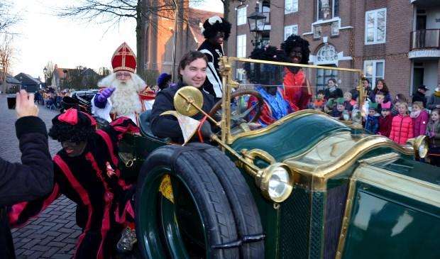 Jos van Genugten, hier in een oldtimer om een andere 'oldtimer' (Sinterklaas) door Liempde te loodsen.   | Fotonummer: b2755a