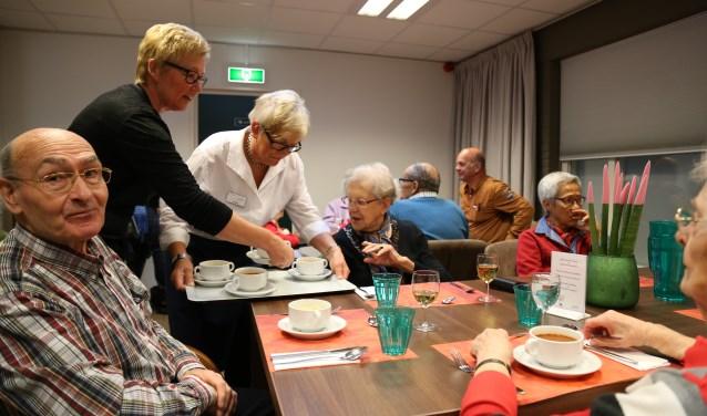 Senioren in de gemeenschappelijke eetzaal van Stichting BOL, ook gevestigd in Kloosterhof.    Fotonummer: f12ff6